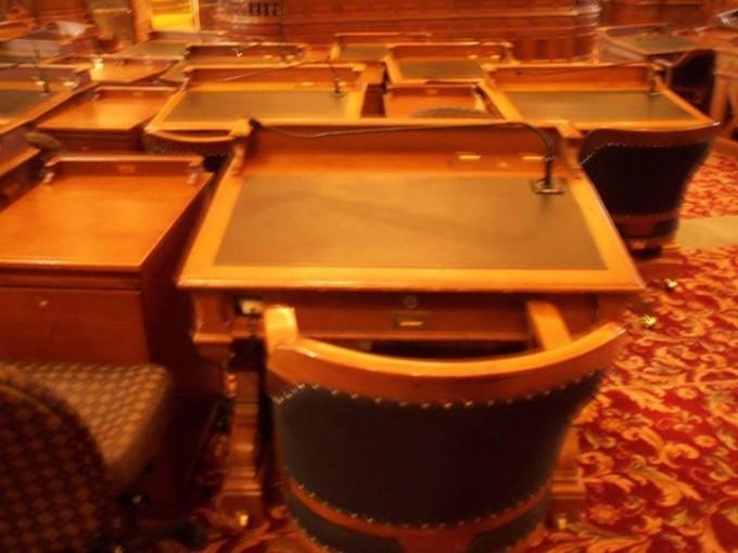 150925_legislators_desk